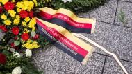 Kranz zum Gedenken an den Anschlag auf den Weihnachtsmarkt am Breitscheidplatz in Berlin vor zwei Jahren