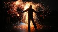 30. April 2015. Tanz in den Mai der besonderen Art. Mit einem Funkenregen verzaubert der Künstler Björn Glaesmann seine Zuschauer zur Walpurgisnacht im Berliner Mauerpark.
