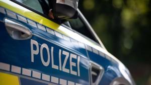 Trio greift Mann an – Motorradfahrer wird bei Sturz schwer verletzt