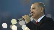 Der türkische Präsident Erdogan hält bei einem Kongress seiner AKP-Partei eine Rede.