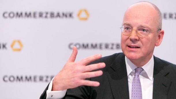 Commerzbank-Bilanzpressekonferenz  - Der Vorstandsvorsitzende Martin Blessing stellt im Commerzbankturm in Frankfurt die Geschäftszahlen 2012 vor und gibt Details zum geplanten Stellenabbau bekannt