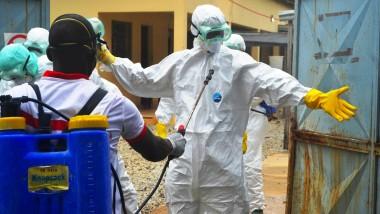 In Schutzanzügen: Mitarbeiter des Roten Kreuzes in Guinea.