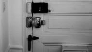 Vorsorge: Eine gesicherte Wohnungstür und aufmerksame Nachbarn schützen vor Einbrechern.