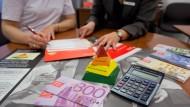 Für junge Anleger wenig attraktiv: Ein Kundenberatungsgespräch bei der Sparkasse