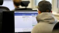 Konzerne wie Facebook haben die mediale Infrastruktur aus dem Gleichgewicht gebracht.