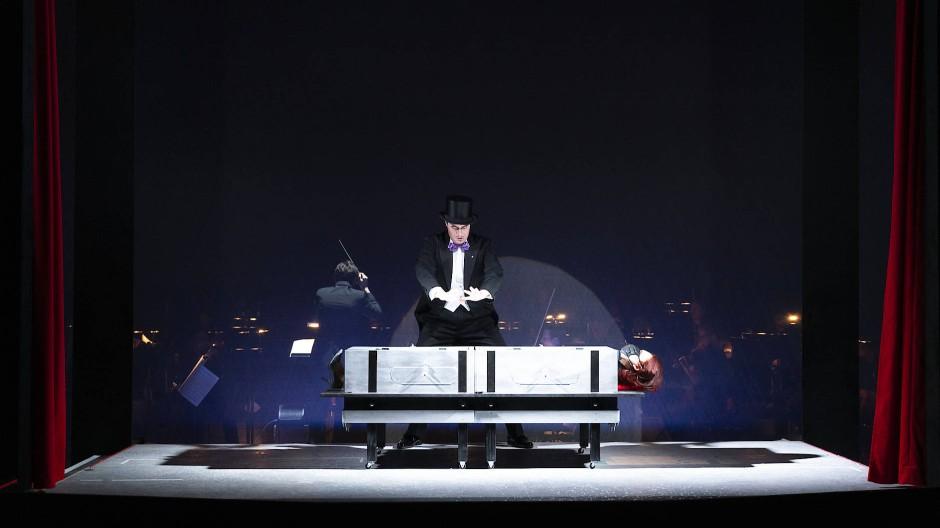 Szenen einer magischen Beziehung: Faust und Helena (Julian Orlishausen und Lena Sutor-Wernich) auf der Bühne des Staatstheaters Darmstadt