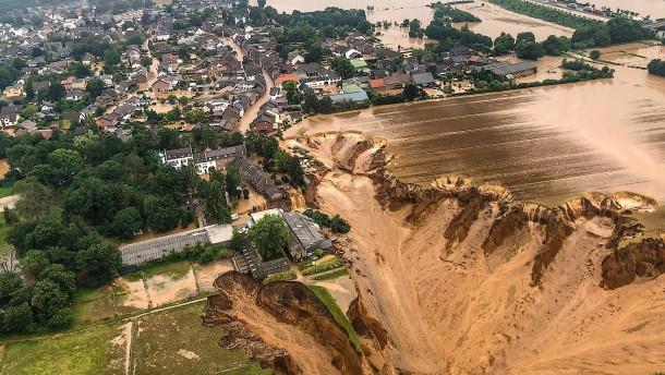 Damm in Erftstadt-Blessem vorübergehend überspült