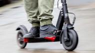 Ein Mann fährt auf einem E-Scooter durch die Straßen: Das ist bald kein ungewöhnliches Bild mehr.