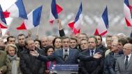 """""""Ich bin nicht allein"""": Francois Fillon bei seiner Rede mit seinen Anhängern am Trocadero-Platz in Paris"""