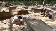 Bei den Grabungen auf dem Hofheimer Kapellenberg müssen die Helfer in der Hocke arbeiten.