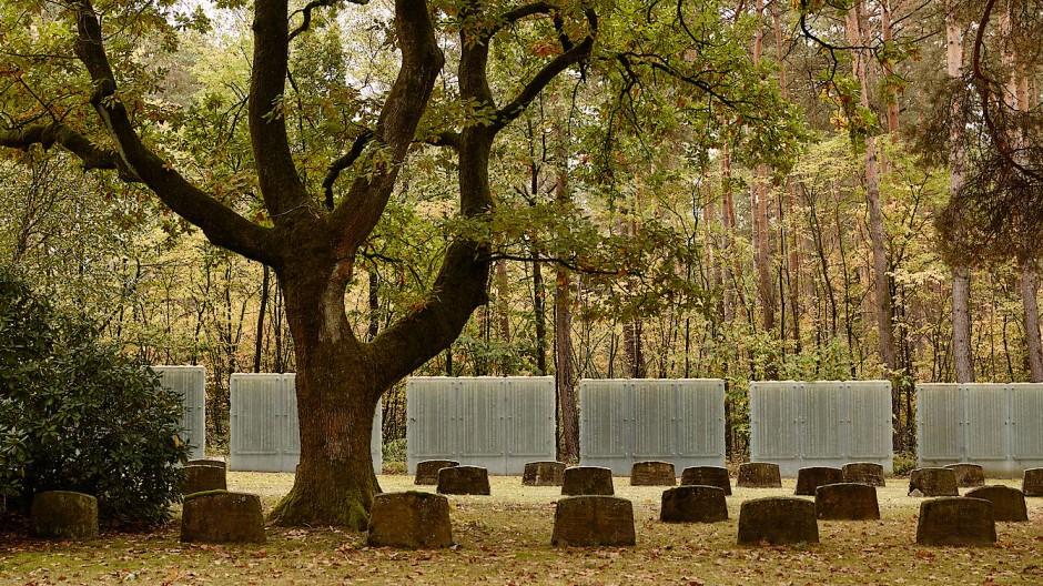 Nicht länger ungenannt: Seit ein paar Jahren erinnern Stelen an die vielen sowjetischen Kriegsgefangenen, die in Holte-Stukenbrock den Tod fanden.