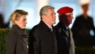 Das war's: Joachim Gauck wird am Freitagabend als Bundespräsident verabschiedet – neben ihm Verteidigungsministerin Ursula von der Leyen