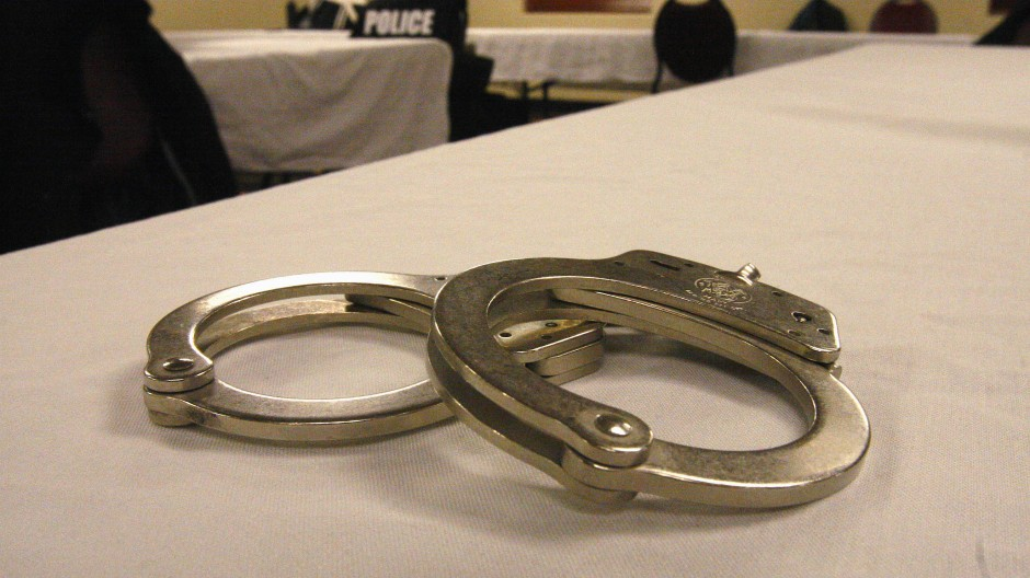 Handschellen, wie sie amerikanische Polizisten verwenden, liegen auf einem Tisch (Symbolbild).
