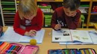 Spicken zählt nicht! Grundschüler bei der Arbeit (Archivbild)