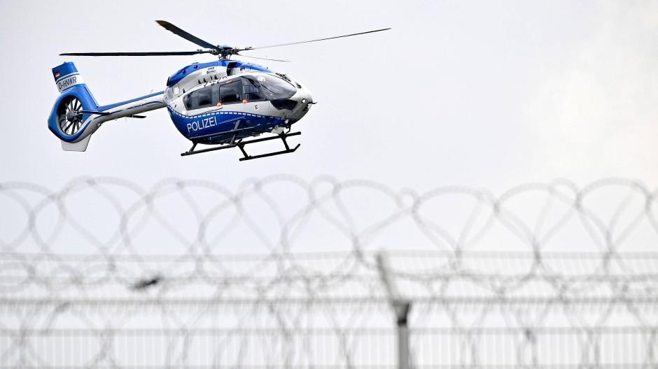 Ein Polizei-Helikopter bringt Thomas Drach am Dienstag in eine Justizvollzugsanstalt in Köln.