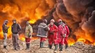 Brennende Ölquellen in der Nähe von Mossul - Kämpfer des IS haben sie auf ihrem Rückzug angezündet
