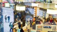 Im Labyrinth der Buchmesse: Blick in die Halle 3.0 am ersten Tag der weltgrößten Medienschau.