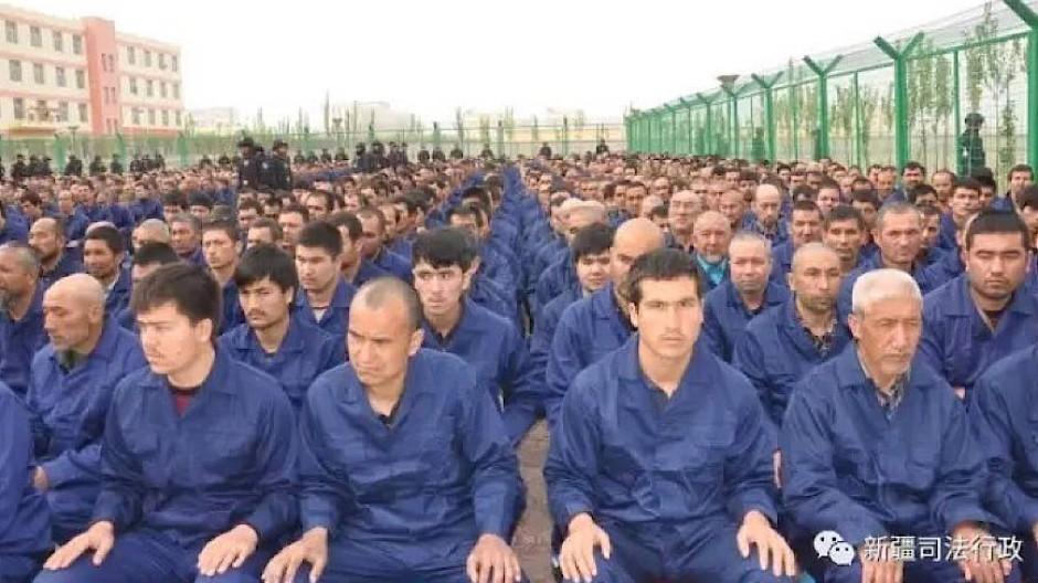 Eine Aufnahme aus dem Jahr 2017 soll Uiguren in einem Umerziehungslager in der Region Xinjiang im Nordwesten Chinas zeigen.