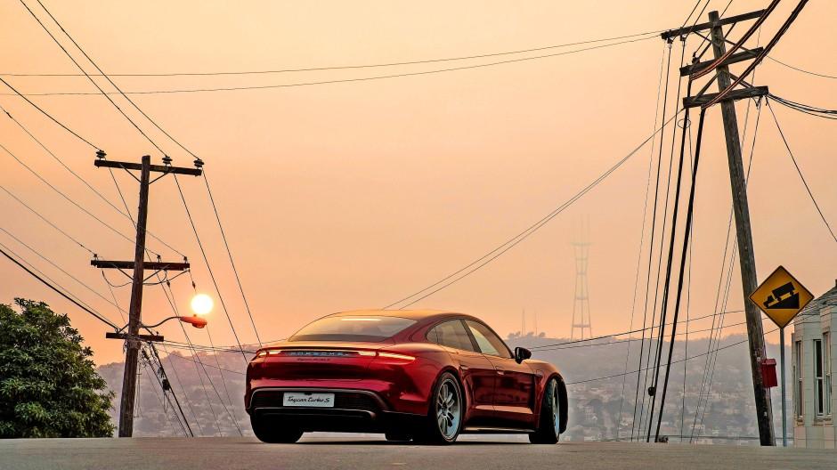Der beliebte Porsche Taycan Turbo S Electric steht in Antalya vor dem Sonnenuntergang.
