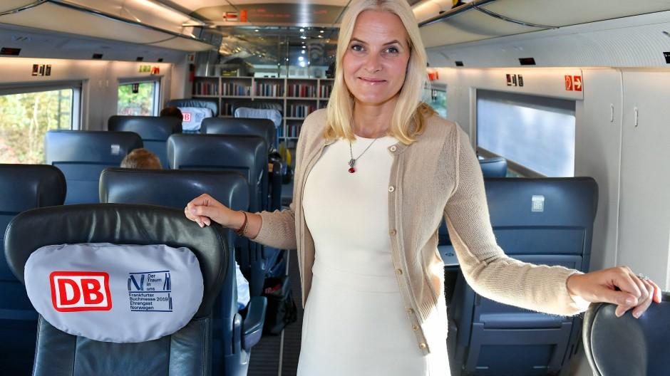 Kronprinzessin Mette-Marit fährt im Zug zur Buchmesse