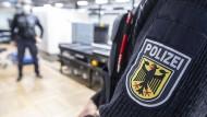 Beamte der Bundespolizei am Frankfurter Flughafen (Symbolbild)