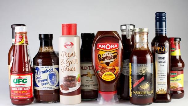 Grillsaucen-Test - Spitzenkoch Marc Bierstedt verkostet im Restaurant Raris Moskau in Berlin verschiedene Grillsaucen.