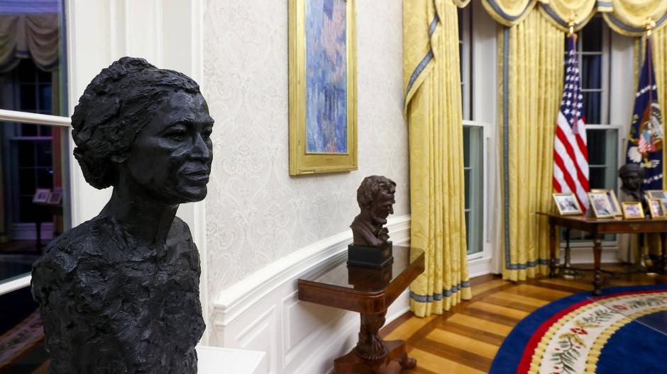 Auf gute Nachbarschaft: Gleich neben Präsident Lincoln steht nun im Oval Office die Büste der Bürgerrechtlerin Rosa Parks von Artis Lane.