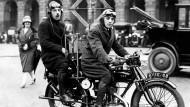 Anfänge der Radioübertragung im Jahr 1928: Hier wird dem Rundfunk sogar beim Motorradfahren gelauscht.