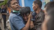 Wieder hat ein Tsunami Indonesien getroffen, dieser Mann identifiziert tote Verwandte: Die Menschen in Indonesien haben ein schweres Jahr hinter sich.