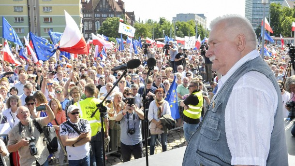 Friedensnobelpreisträger Walesa schließt sich Protesten an