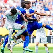 Torschütze Niclas Füllkrug (3.v.l.) erzielt per Kopfball das erste Tor für Bremen.
