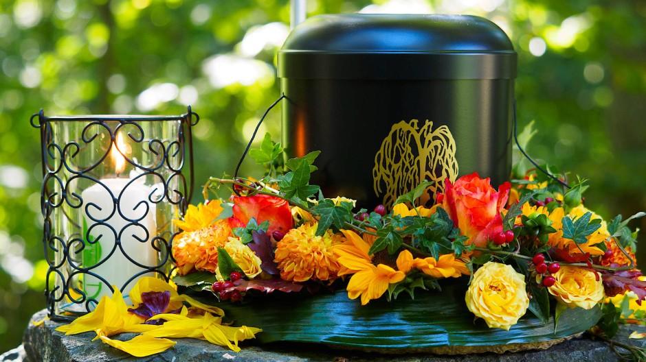 Eine für eine Bestattung vorbereitete Urne steht auf einem Naturfriedhof.
