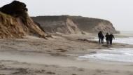 Meteorologen erwarten in der Zukunft mehr extreme Wetterereignisse - unser Bild zeigt abgebrochene Dünen auf Sylt.