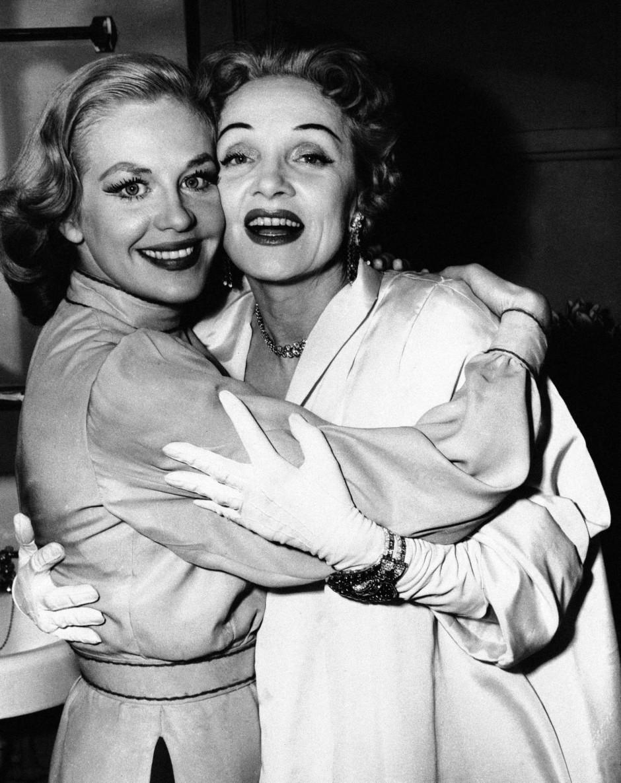 """Marlene Dietrich nach der Premiere von """"Silk Stockings"""" 1955. Umarmt wird sie von Hildegard Knef."""