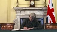 May unterzeichnet Brexit-Antrag