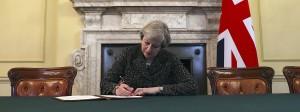 Historische Unterschrift: Premierministerin May unterzeichnet den Brexit-Antrag