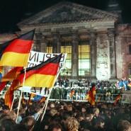 Berlin: Rund eine Million Menschen feiert in der Nacht zum 3. Oktober 1990 – wie hier vor dem Reichstagsgebäude – die deutsche Einheit.