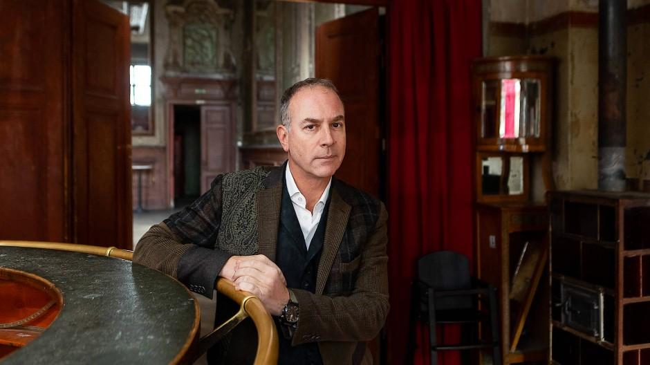 In Berlin schlägt einem ein kalter Antikapitalismus entgegen, sagt Yoram Roth in Clärchens Ballhaus, der Immobilie, die ihm viel Ärger einbringt.