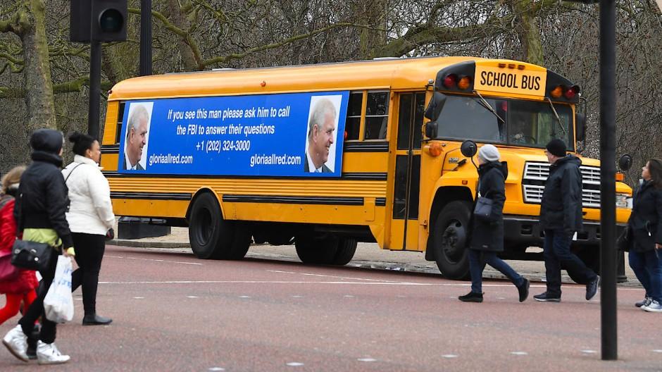 Ein gelber Schulbus mit Plakat, auf dem eine Aufforderung an den Prinzen und Fotos von ihm zu sehen sind.