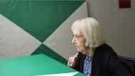 Weniger ist immer mehr: Carmen Herrera mit zwei ihrer Bilder. Mehrere Serien hat sie den Farben Grün und Weiß gewidmet.