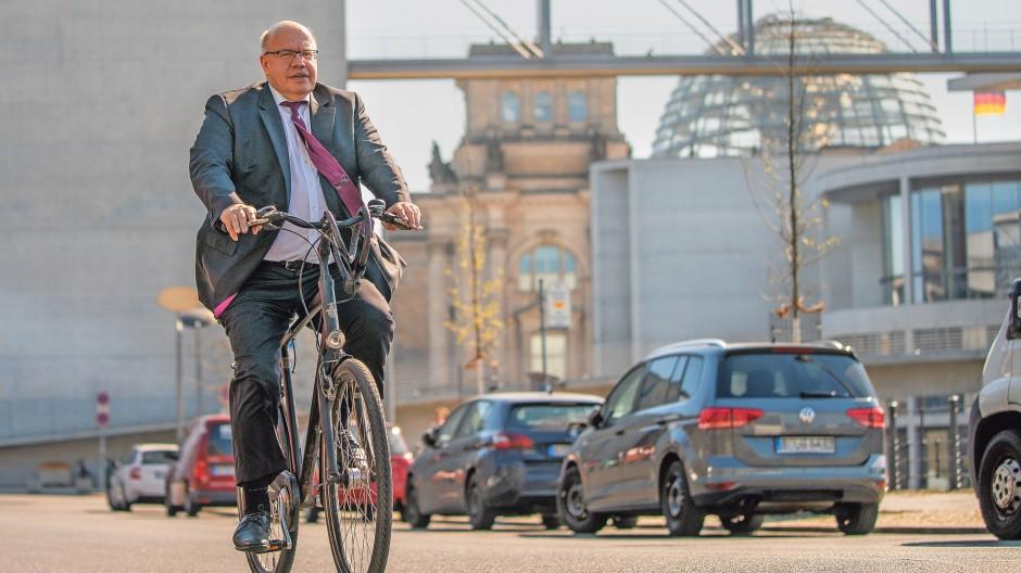 Setzt sich gern in Szene: Zu Beginn der Pandemie nahm Wirtschaftsminister Peter Altmaier im Regierungsviertel statt des Dienstwagens auch mal das Fahrrad.