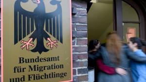 Verfassungsschutz soll Asylbewerber stärker überprüfen