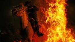 Zu Pferde durch die Flammen