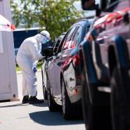 Mitarbeiter vom Bayerischen Roten Kreuz nehmen an einem Corona-Testzentrum an der Autobahn 8 (A8) einen Abstrich