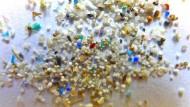 Mikroplastikkügelchen verschmutzen die Meere und werden von Fischen gefressen.