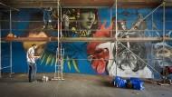 Kunst am Bau: Graffiti-Maler versehen die Unterführung des Kasteler Brückenkopfs in Wiesbaden mit neuen Werken.