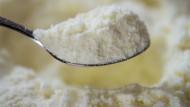 Kokain statt Babymilchpulver. Ein Drogenkurier versuchte das Rauschgift in Dosen mit Babynahrung zu schmuggeln (Symbolbild).