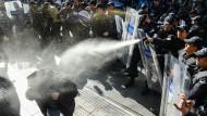 Tränengas gegen Kritik: Die türkische Polizei nimmt Demonstranten fest, die sich am Freitag in Ankara zu einem Protest gegen die Regierung versammelt haben.