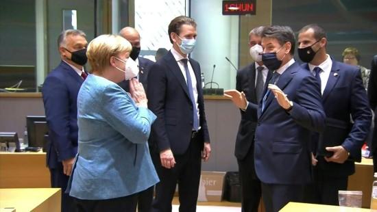Merkel hält Conte auf Corona-Abstand