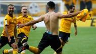 Hin zum Siegtorschützen: Halb Dresden stürmt Aias Aosman entgegen